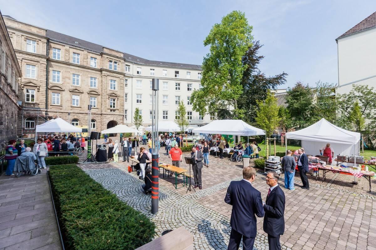 Auf dem Gelände des Ständehauses in Kassel wurde bei strahlendem Sonnenschein gefeiert.