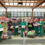 Das Team der Kalmenhof-Gärtnerei in Idstein hat noch nie so hoch gestapelt: 715 Päckchen für Heimkinder in Rumänien und Ungarn kamen bei der Sammelaktion zusammen.