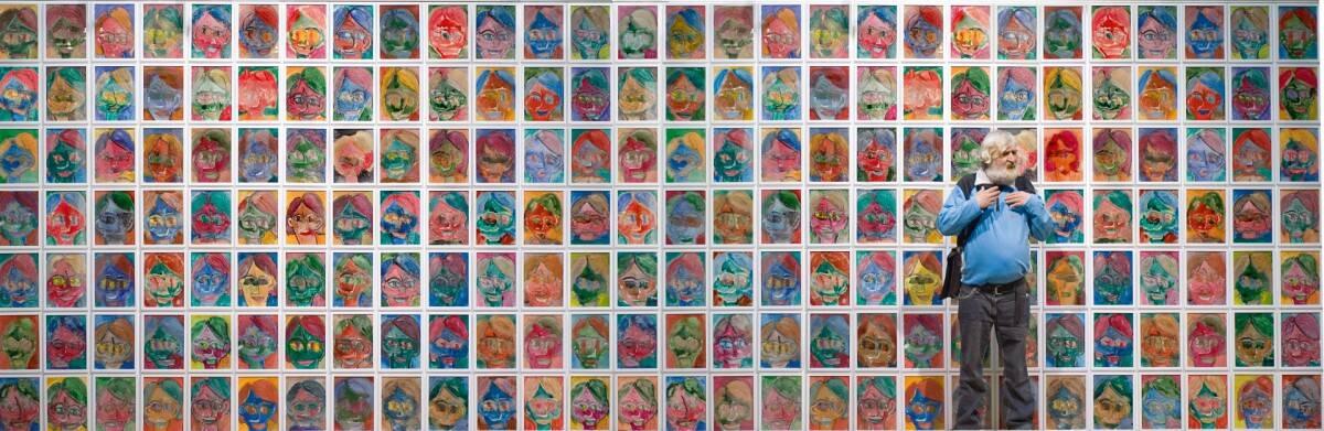 Stephan Kramer vor den Arbeiten seiner Serie Selbstprtraits zur Dämonbändigung im Ständehaus Kassel