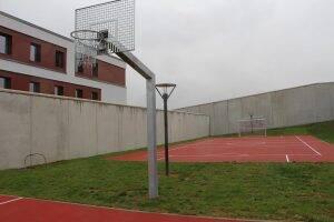 Hohe Mauern umgeben die Klinik