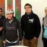 Kundenberaterin Monika Seemann mit Künstlern des Ateliers Querstrich