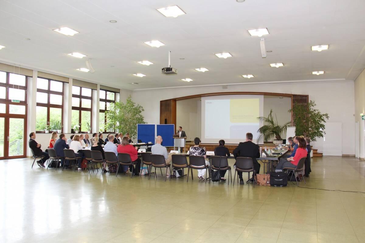 Die Workshopsteilnehmer im Festsaal von Vitos Gießen-Marburg