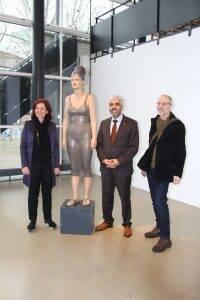 """Birgid Helmy, Servet Dag und Helmut Mair vor der Skulptur """"Asyl"""""""