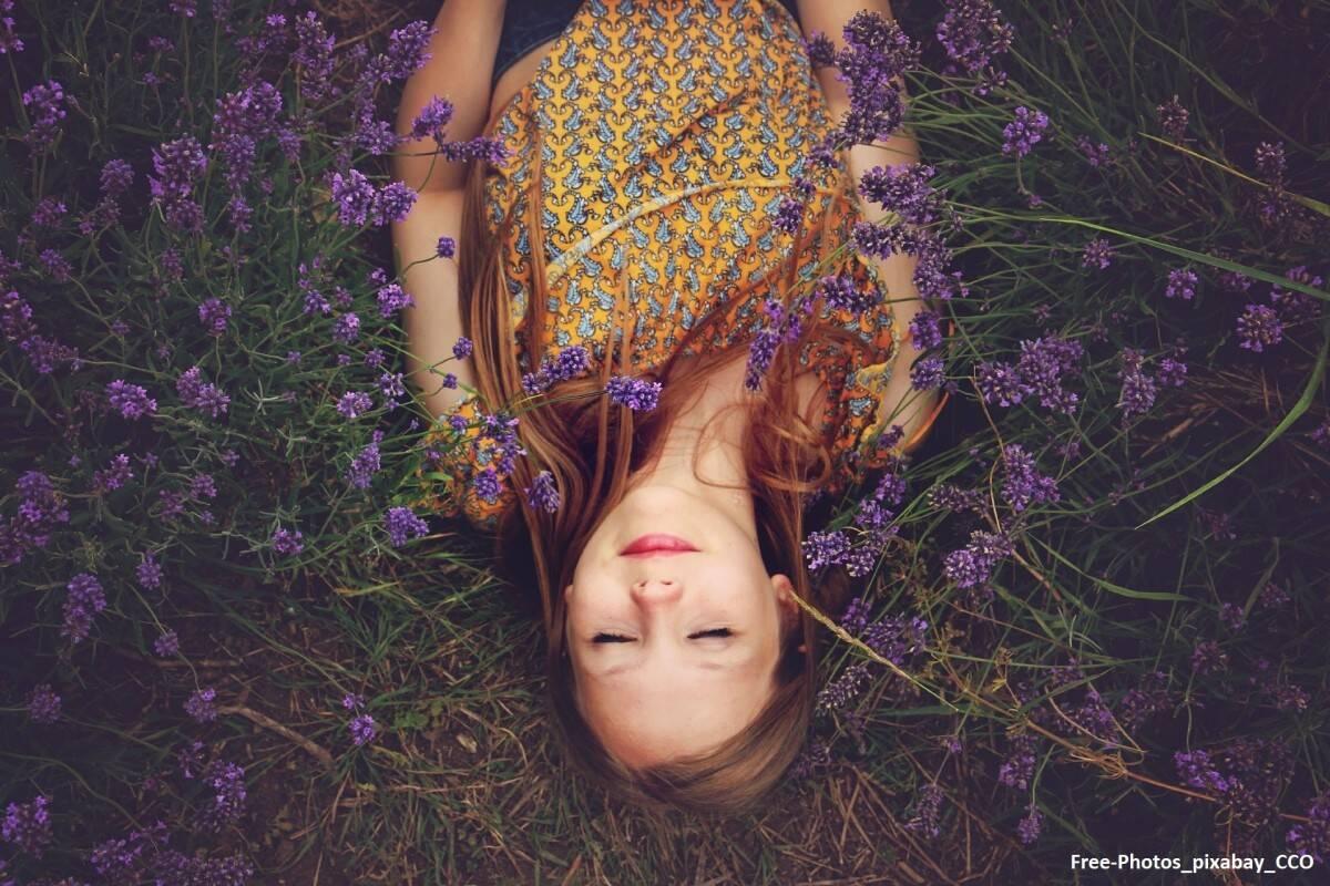 Frau in Lavendelfeld