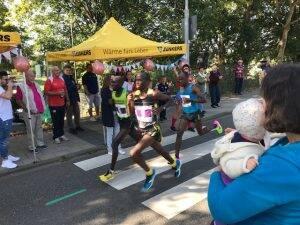 Schnellster Läufer, der Kenianer Edwin Kosgei mit der Nummer 9