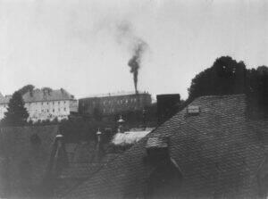 NS-Tötungsanstalt Hadamar mit rauchendem Schornstein, 1941