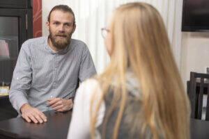 Die Behandlung Zuhause erreicht Patient/-innen, die sich sonst vielleicht nicht behandeln lassen würden, sagt Gunnar Lemos.