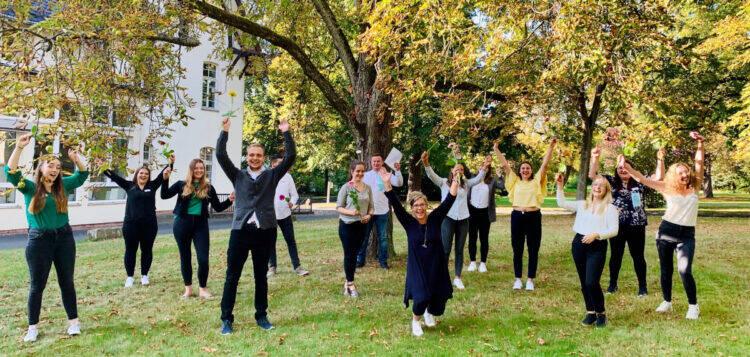 Pflegeschüler feiern ihr Examen